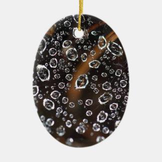 Gotas de orvalho em uma rede da aranha ornamento de cerâmica