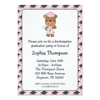 Graduação cor-de-rosa da menina do urso do diploma convite 12.7 x 17.78cm
