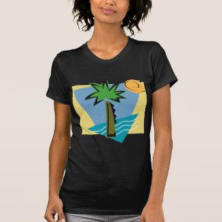 Gráfico abandonado da ilha com palma e oceano t-shirts