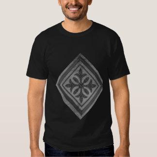 Gráficos de prata bonitos no preto t-shirt