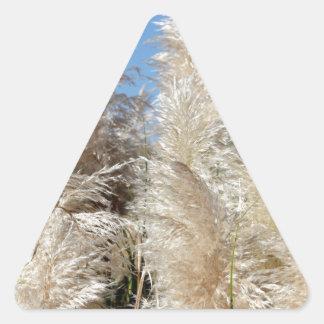 Grama de Pampas com um céu azul ensolarado Adesivo Triangular