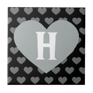 Grande coração de prata & monograma preto do fundo azulejo