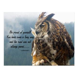Grande coruja Horned com cartão das citações