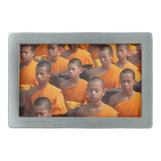 Grande grupo de monges Meditating