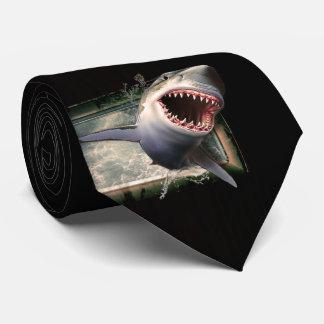 Grande tubarão branco na gravata do movimento