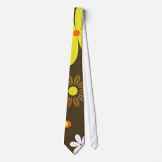 Gravata Flores amarelas e alaranjadas retros no marrom