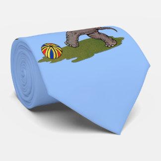 Gravata o elefante feliz que jogam com corda e a bola