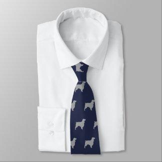 Gravata O Spaniel de campo mostra em silhueta o azul do