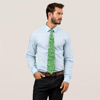 Gravata Paisley branco elegante no fundo verde