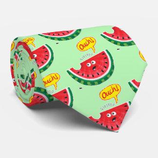 Gravata Parte de melancia que expressa a dor após uma
