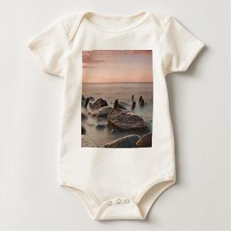 Groynes e pedras na costa do mar Báltico Body Para Bebê