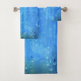 Grupo azul molhado de toalha do banheiro