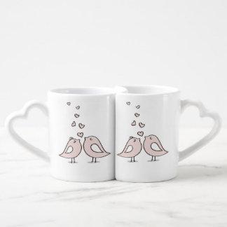 grupo bonito da caneca de café do casal