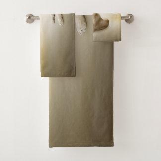 Grupo branco de toalha do banheiro do leão