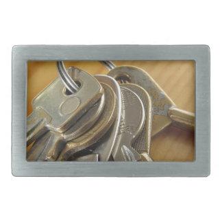 Grupo de chaves gastas da casa na mesa de madeira