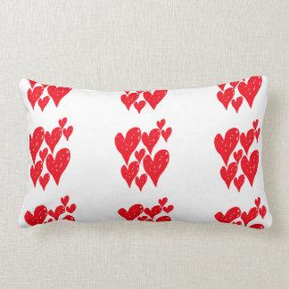 Grupo de coração vermelho do amor em um teste almofada lombar