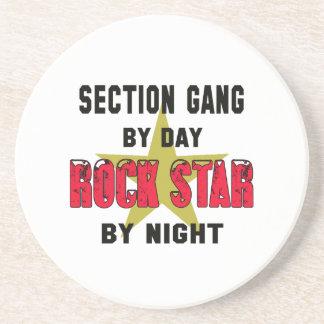 Grupo de seção em o dia rockstar em a noite porta copos de arenito