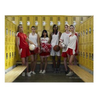 Grupo dos adolescentes (15-17) que estão dentro cartão postal
