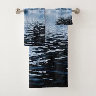 Grupo ideal de toalha do banheiro do espaço do