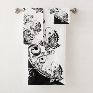 Grupo preto e branco de toalha do banheiro das