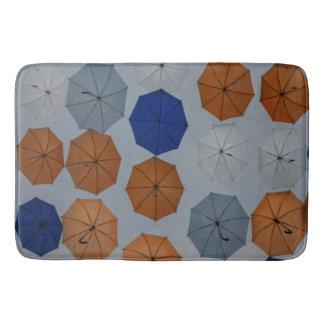 Guarda-chuvas cinzentos alaranjados azuis do tapete de banheiro