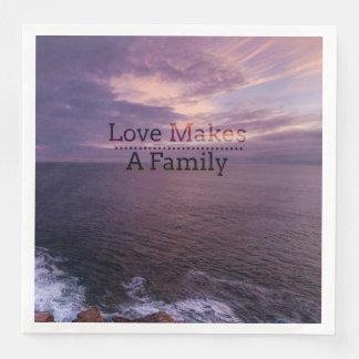 Guardanapo De Papel De Jantar O amor faz uma adopção da família - assistência