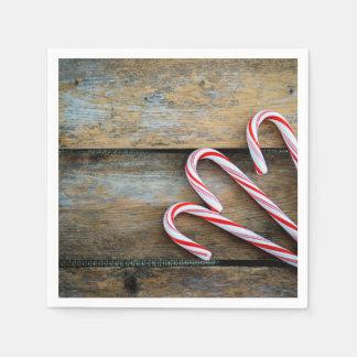 Guardanapo De Papel Madeira rústica com os bastões de doces do Natal