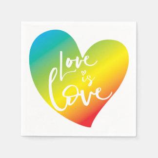 Guardanapo De Papel O AMOR É rotulação branca do coração do arco-íris