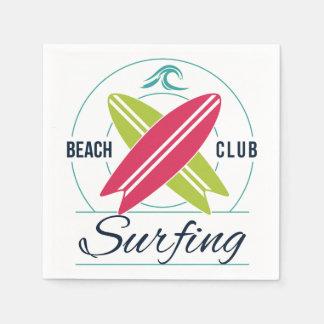 Guardanapo de papel surfando do clube da praia