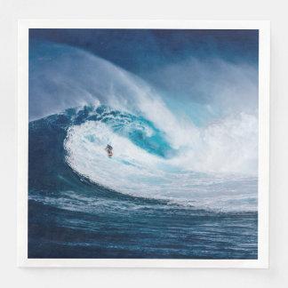 Guardanapo surfando dos esportes de água das ondas