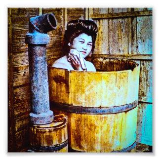 Gueixa do vintage que banha-se na cuba de madeira impressão de foto
