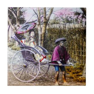 Gueixa do vintage que viaja no rickshaw Japão