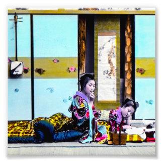 Gueixa dois que fuma antes do vintage Japão da Impressão De Foto