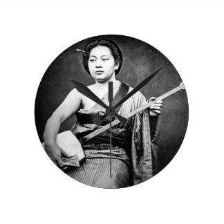 Gueixa japonesa que joga a música do vintage de relógio redondo