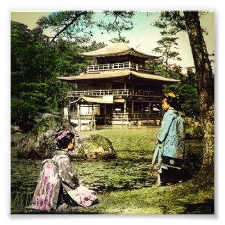 Gueixa que levanta no templo dourado Japão de Impressão De Foto