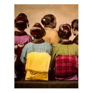 Gueixas do vintage em quimonos coloridos e em cartão postal