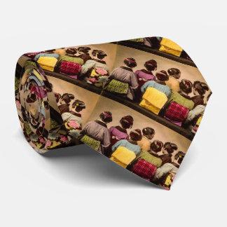 Gueixas do vintage em quimonos coloridos e em gravata