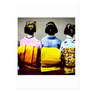 Gueixas do vintage nos quimonos coloridos e nas cartão postal