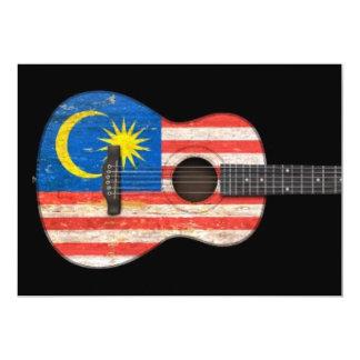 Guitarra acústica da bandeira malaia gasta, preta convite 12.7 x 17.78cm