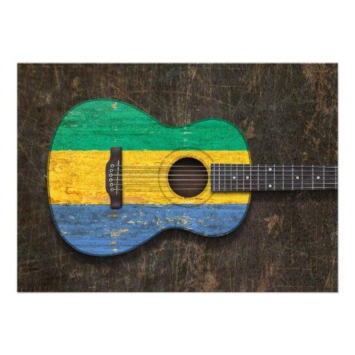Guitarra acústica riscada e vestida da bandeira de convites