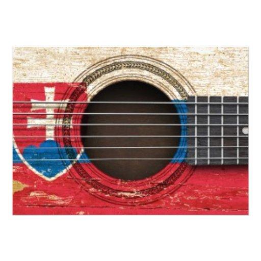 Guitarra acústica velha com bandeira eslovaca convites