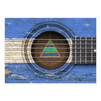 Guitarra acústica velha com bandeira nicaraguense