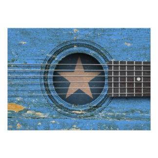 Guitarra acústica velha com bandeira somaliana convites