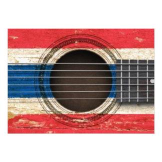 Guitarra acústica velha com bandeira tailandesa convites