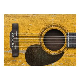 Guitarra acústica velha envelhecida e vestida com convites