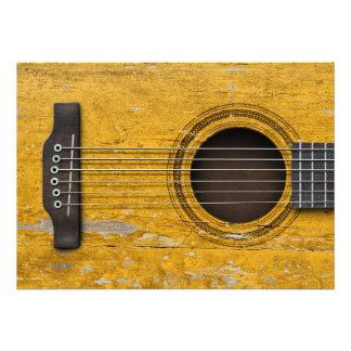 Guitarra acústica velha envelhecida e vestida convites