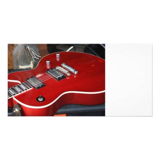 Guitarra vermelha no ampère cartao com fotos