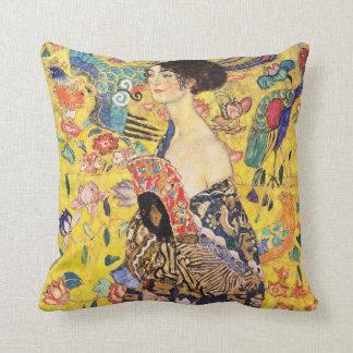 Gustav Klimt , Woman with fan Almofada