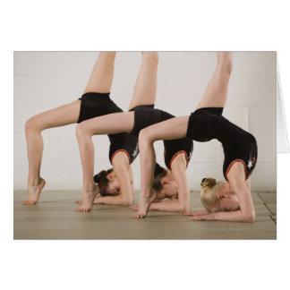 Gymnasts que levantam upside-down cartão comemorativo