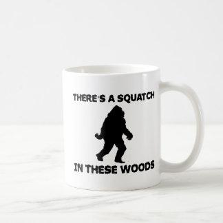 Há um Squatch nestas madeiras Caneca De Café